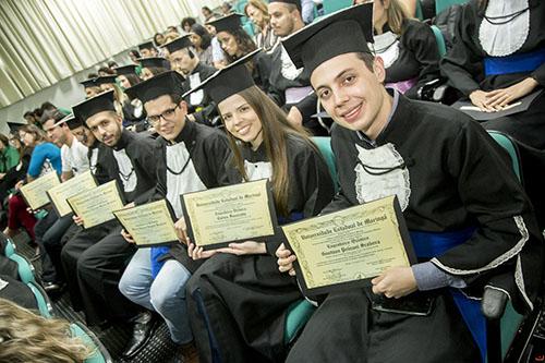 26 estudantes colam grau em formatura especial