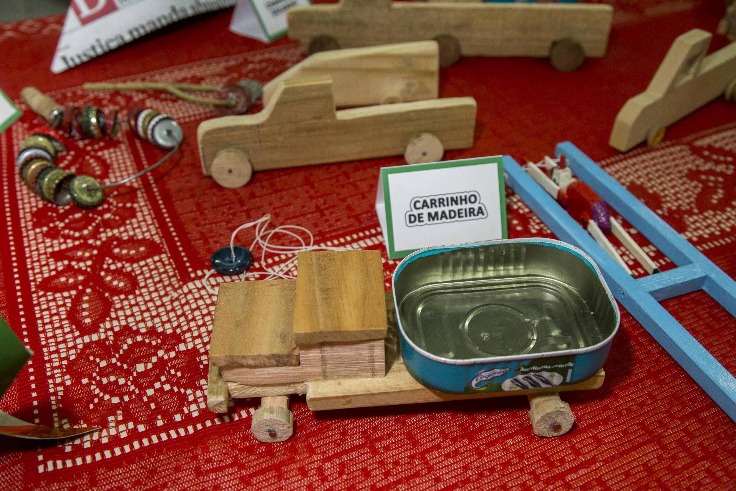 Brinquedos e jogos da infância são expostos pelos alunos da Unati