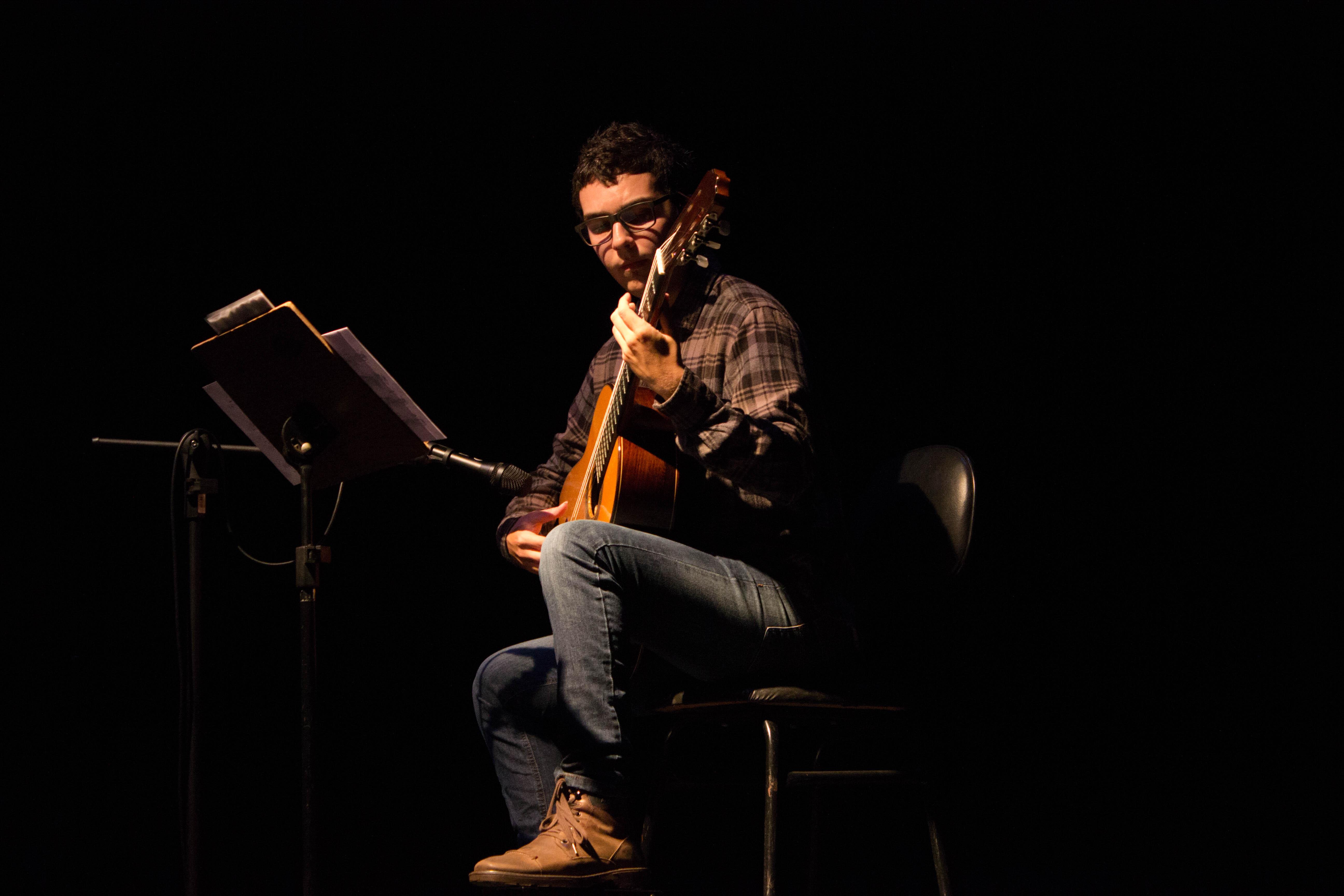 Instrumentista da Escola de Música apresentará espetáculo de violão