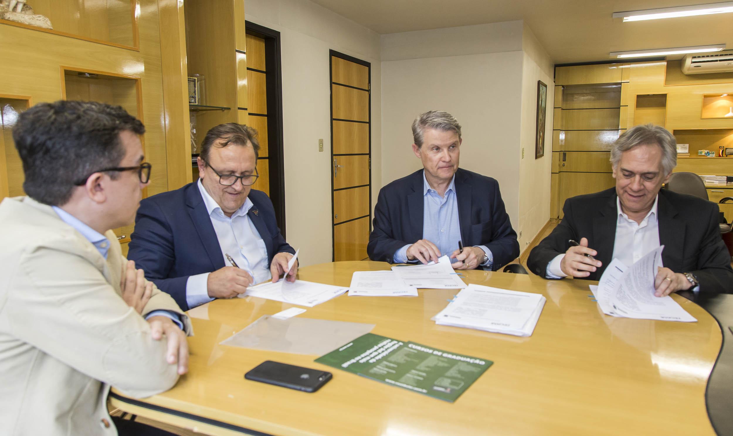 Acordo entre UEM e Tecpar promete beneficiar a sociedade com soluções para a inovação e tecnologia