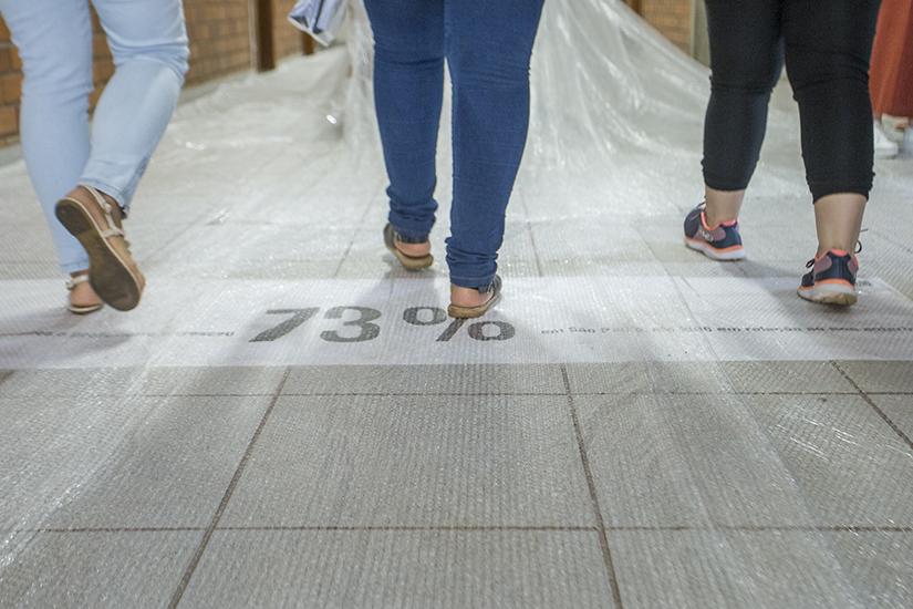 Plástico bolha, giz, frases de efeito: a intervenção que não deixa ninguém indiferente no Dia do Professor